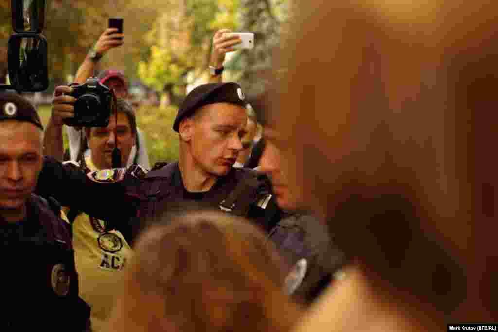 Полицейский и фотографы