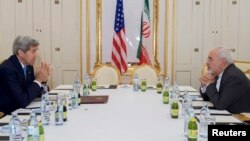 John Kerry dhe Mohammad Javad Zarif gjatë bisedimeve në Vjenë