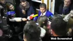 Ilan Shor vorbind presei după ce a dat declarații la sediul CNA.