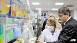 Президент Віктор Ющенко під час відвідин однієї з аптек у Києві. 9 листопада 2009 р.