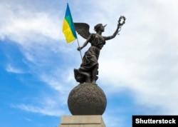 Памятник Независимости Украины в Харькове, к которому гражданские активисты прикрепили флаг Украины