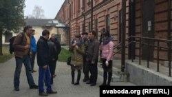 Сваякі Мікалая Бельчука каля суду Берасьцейскага раёну