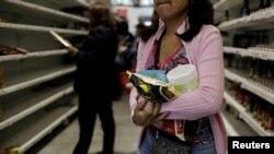 Venesuelada rəfləri boş olan mağaza