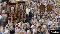 Участники молитвенного стояния у Храма Христа Спасителя в Москве