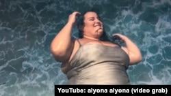 У жовтні 2018 року Alyona Alyona презентувала свій дебютний кліп на пісню «Рибки». Наразі кількість переглядів відео на YouTube сягнула майже двох мільйонів