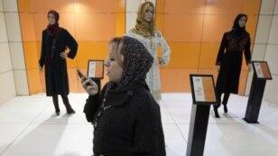 Женщина говорит по мобильному телефону на выставке исламской моды. Тегеран, 1 марта 2012 года.