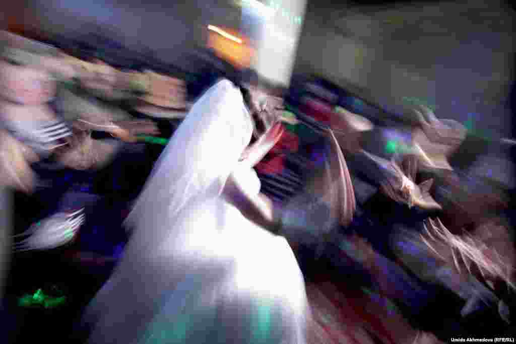 К середине свадьбы, после всех поздравлений, торжество превращается в своего рода дискотеку. Невеста в этот вечер танцевала очень много.