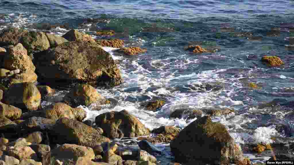 Хвилі ліниво «лижуть» величезні валуни