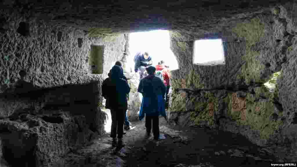 Мандрівники в казематі зруйнованої фортеці