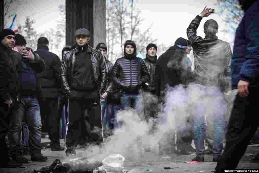 Сессия парламента Крыма должна была начаться в 15:00, но ее открытие откладывали из-за отсутствия кворума. Когда начались столкновения, депутаты стали покидать парламент
