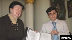 Олександр Алфьоров передає копію Конституції Орлика директору Музею Гетьманства Галині Яровій