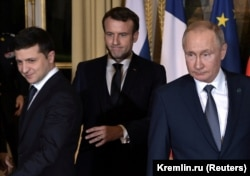 Russian President Vladimir Putin (right), French President Emmanuel Macron (center), and Ukrainian President Volodymyr Zelenskiy in Paris on December 9.