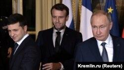 Președintele ucrainean Volodimir Zelenski; gazda reuniunii, președintele Franței, Emmanuel Macron; și președintele rus Vladimir Putin. Paris, 9 decembrie 2019