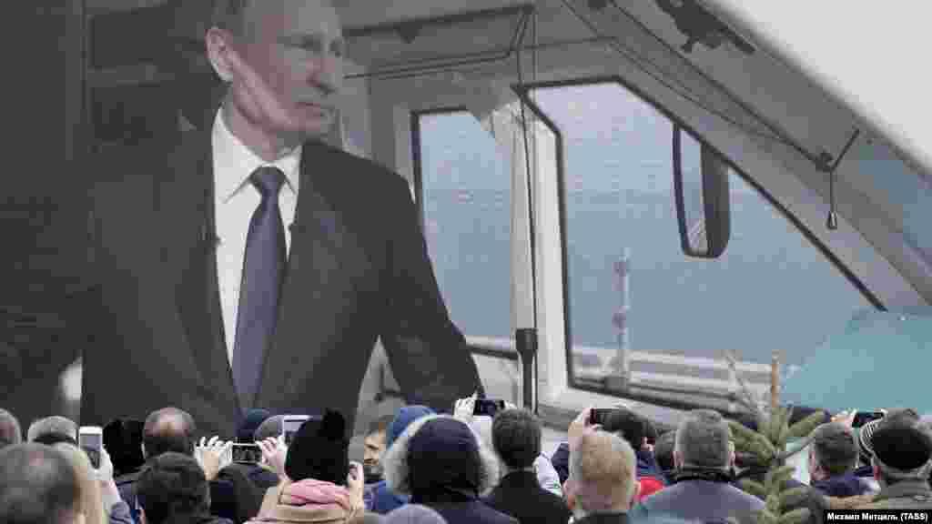 РУСИЈА - Рускиот претседател Владимир Путин учествуваше на церемонијата за официјално пуштање во употреба на железничкиот сообраќај на мостот што ја поврзува Русија со окупираниот Крим.