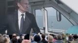 Люди, наблюдающие за трансляцией запуска железнодорожного движения по Керченскому мосту