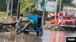 Откачка воды на улицах Хабаровска