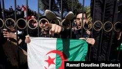 Студенты, вышедшие на улицу в знак протеста против участия президента Абдельазиза Бутефлики в выборах. Алжир, 3 марта 2019 года.