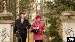 Оьрсийчоь -- Петарбухна уллерчу Павловск-гIалин садоIийлан кевна тIе нацисташа ехкина фашизман хьаьркаш, 27Мар2010