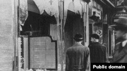Вітрина одного з єврейських магазинів після «кришталевої ночі».