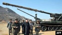 Кіраўнік Паўночнай Карэі Кім Ёнг Ын аглядае пазыцыі войскаў