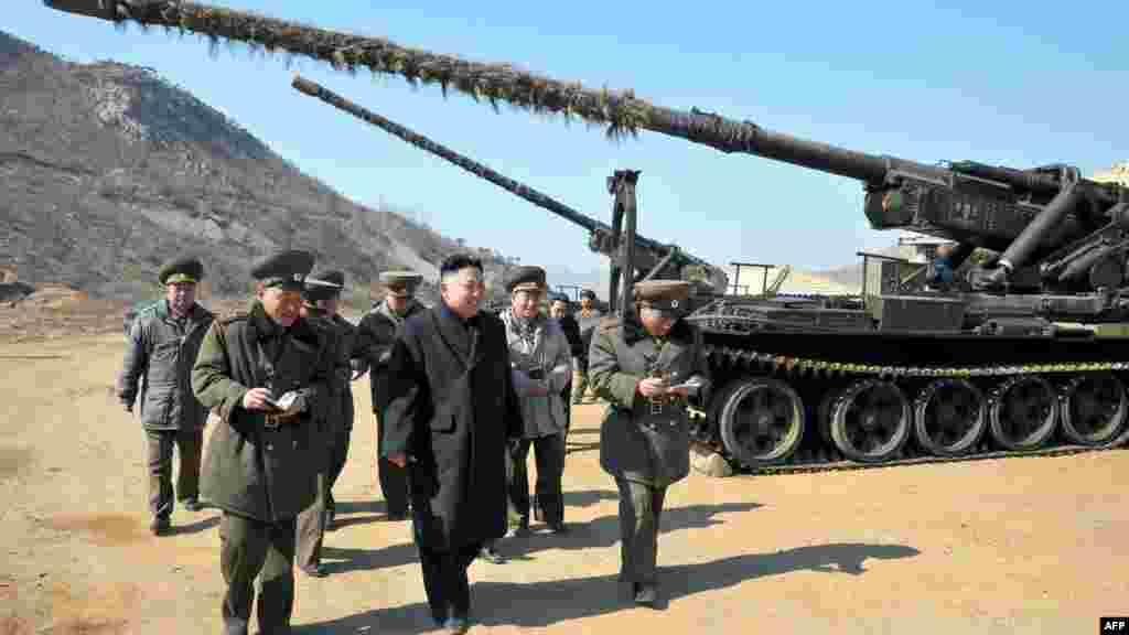 Солтүстік Корея президенті Ким Чен Ын әскербасылармен бірге жүр.