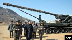 Түндүк Корея лидери Ким Чен Ын аскерий өкүлдөр менен. 12-март, 2013-жыл.