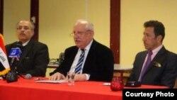 الدكتور تيسير الألوسي إلى أقصى اليسار على منصة الحفل وعلى يمينه عريف الحفل: ذياب الطائي