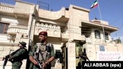 Силы безопасности возле консульства Ирана в Эрбиле (архивное фото)