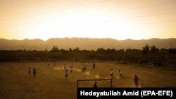 Əfqanıstanda futbol oynayan uşaqlar