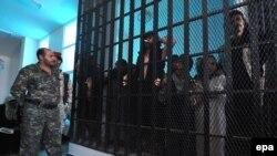 Ushtarët në përcjellje të militantëve të al-Kaidës gjatë procesit gjyqësor