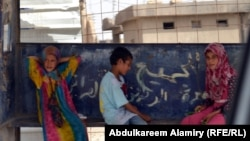 اطفال متسولون عند محطة باص في البصرة