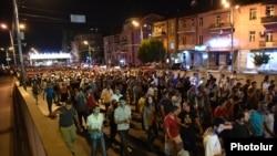 Эребуни ауданындағы полиция ғимаратын басып алған «Сасна црер» қарулы тобын қолдаушылар шеруі. Ереван, 27 шілде 2016 жыл.