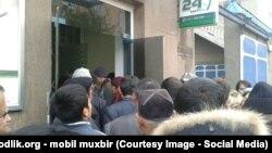 Узбекистанцы стоят перед отделением банка в очереди за получением денежных переводов. Ноябрь 2015 года.