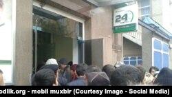 Узбекистанцы подтверждают фотографиями свои жалобы о трудностях в получении денежных переводов через систему Western Union.