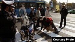 صحنه یک نزاع خیابانی؛ دو جوان در حضور دست کم سه نیروی پلیس با یکدیگر گلاویز شدهاند