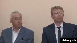 Председатель Союза журналистов Казахстана Сейтказы Матаев (слева) с адвокатом Андреем Петровым в суде. Астана, 4 августа 2016 года.