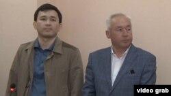 Сейітқазы Матаев (оң жақта) пен оның ұлы Әсет Матаев сотта тұр.