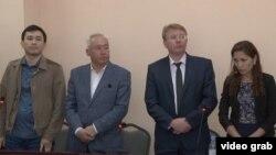 Сейітқазы Матаев (сол жақтан екінші) пен Әсет Матаев (сол жақта) адвокаттарымен бірге сотта тұр.