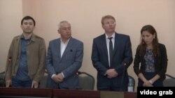 Солдан оңға қарай: айыпталушы Әсет Матаев, Сейітқазы Матаев, олардың адвокаттары Андрей Петров пен Мәдина Бакиева.