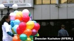Активисты неправительственных организаций выпускали шары в небо в память жертв работорговли. Астаны, 23 августа 2010 года.
