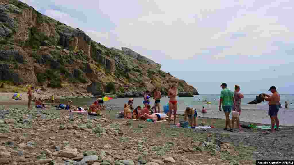 Дикий пляж примыкает к мысу Алчак