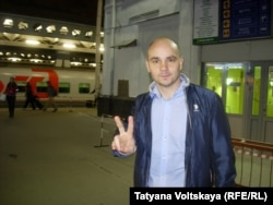 Андрей Пивоваров на вокзале через несколько минут после приезда в Петербург из Костромы