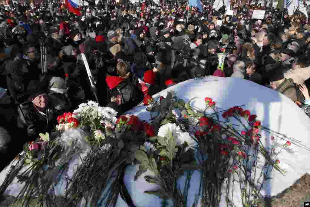 Памятная акция у Соловецкого камня в Санкт-Петербурге. Во время шествия полиция задержала как минимум шестерых человек.