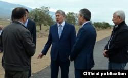 Президент Алмазбек Атамбаев инспектирует ход строительства дороги Балыкчы-Корумду. 28 июля 2016 года.