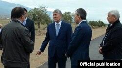Президент Алмазбек Атамбаев 28-июлда Балыкчы-Корумду жолунун курулушу менен таанышкан.