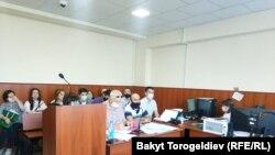 Бишкек шаардык административдик сотунда Азимжан Аскаровдун өкмөткө каршы доо арызы каралып жаткан учур. 1-июнь, 2020-жыл.