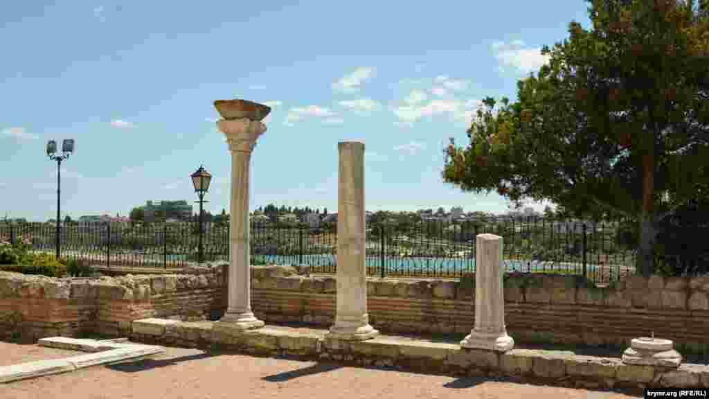 Руины древнего греческого храма, расположенного возле современного православного Владимирского собора, недалеко от берега Карантинной бухты