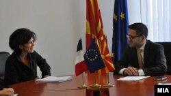 Вицепремиерот за евроинтеграции Фатмир Бесими со француската амбасадорка Лоренс Оер.