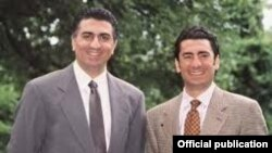 علیرضا پهلوی (سمت راست) به همراه برادرش رضا