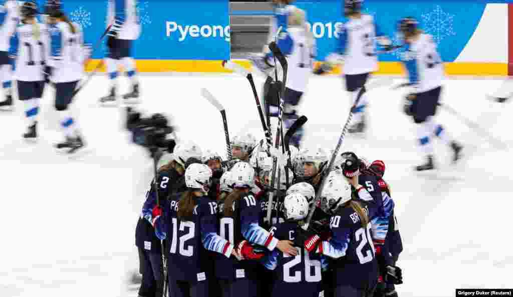 Хоккей: игроки команды США отмечают свою победу над командой Финляндии со счетом 5:0 после матча женского полуфинала